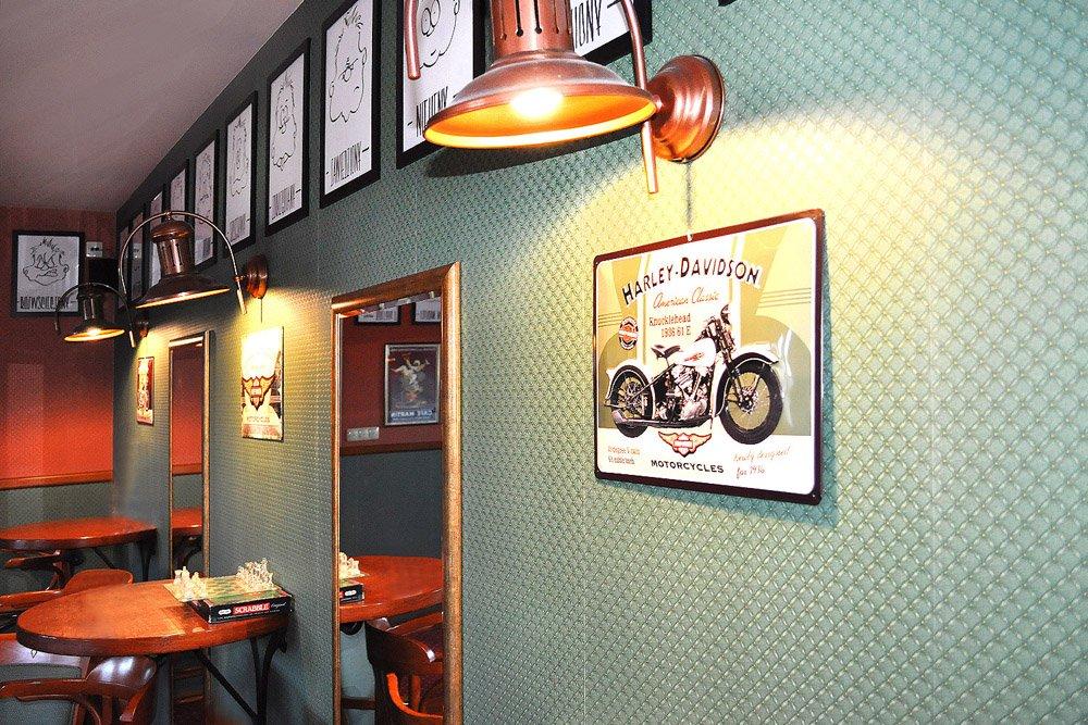 plakaty i stoliki w środku Arkadia